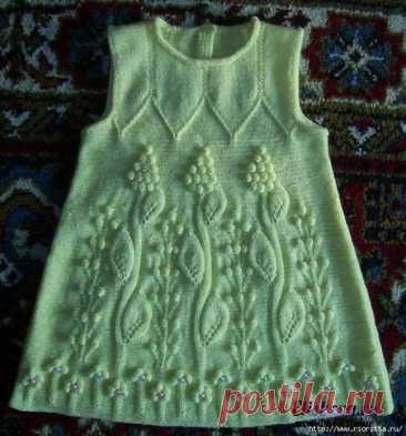 Платье для маленькой модницы. Для изготовления такой модели нам потребуется пряжа светло зеленого цвета и подходящие по размеру спицы; пуговицы – 54 штук, крючок №3