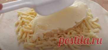 Сырно-картофельный хлеб, запеченный на сковороде. Без духовки, дрожжей и яиц - Скатерть-Самобранка - медиаплатформа МирТесен Такой хлеб может быть отличным дополнением к разным мясным нарезкам, салатам из овощей. Сырный вкус и аромат, прекрасно сочетаются с картофелем. Для приготовления вам потребуются такие ингредиенты: молоко, 95 мл; яйцо, 1 шт; мука, 90 г; масло сливочное растопленное, 10 г; соль щепотка; картофель,