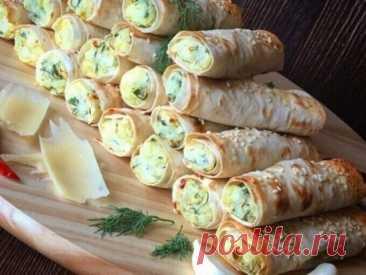 Рулеты из лаваша с крабовыми палочками  Ингредиенты Лаваш – 1 упак Крабовые палочки – 200 г Яйцо – 2 шт Сыр – 100 г Майонез – 3 ст.л. Чеснок – 6 зуб Соль – по вкусу Перец – по вкусу Зелень – по вкусу Приготовление: Натрите сыр на терке. Палочки нарезать не крупно. Яйца сварить и нарезать. Зелень помыть и нарезать. Смешайте яйца, крабовые палочки и сыр с зеленью. Посолите, поперчите и добавьте майонез. Нарежьте из лаваша небольшие квадраты. Выложите начинку на лаваш и заверните в трубочки. Приг
