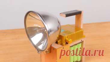 Как сделать фару-фонарь на ксеноне в 200Вт Приветствую всех любителей помастерить, предлагаю к рассмотрению инструкцию по изготовлению мощного фонаря на ксеноновой лампочки в 200Вт. Источником питания для фонаря служат 9 аккумуляторов 18650, светит фонарь ну очень ярко и далеко. Корпус автор собрал из фанеры, с таким фонарем можно что-то