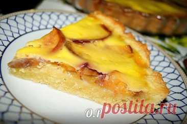 Нежный песочный пирог с персиками и сметанным кремом