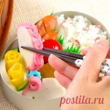 かまぼこをかわいく切って、お弁当を華やかにしてみませんか? 今回は簡単な手順でかわいいかまぼこに変身できちゃう、かまぼこの切り方3選をご紹介します♪ あまりにかわいい&キレイなので食べるのがもったいなくなっちゃうかも!?