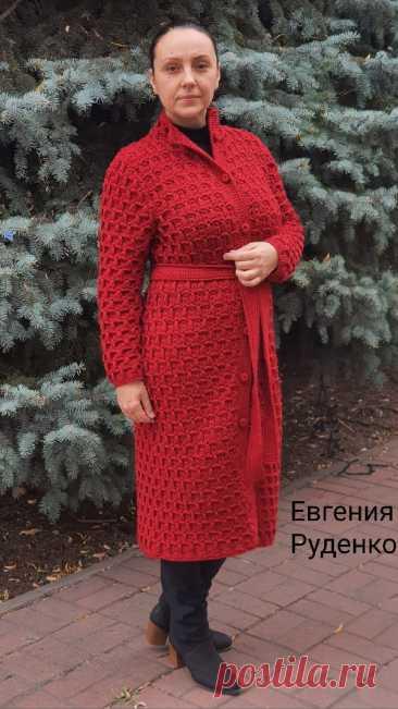 """Пальто """"Бардо"""" крючком.  Автор - Евгения Руденко. Название пальто, очевидно, навеяно образом Брижит Бардо. А, может быть, заказчица пальто поклонница актрисы? Как знать!  Пальто связано интересным узором, который на этом пальто выглядит особенно рельефно. Евгения пишет: """"Это самое большое изделие которое мне приходилось вязать, пальто связано на заказ, узор от mypicot, пряжу использовала Газзал Беби Вул, в 50 гр. 175 метров, состав 20 % кашемира, по 40 % акрила и мериносов..."""
