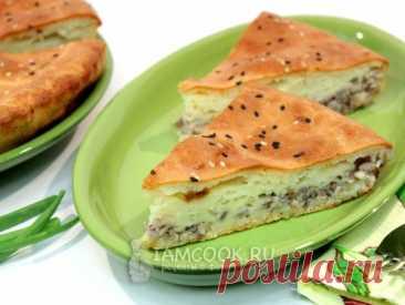 Быстрый и простой в приготовлении рыбный пирог из заливного теста на кефире. В качестве начинки используется консервированная сайра и лук.
