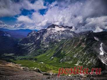 Гора Фишт видна с вершины горы Оштен, Западный Кавказ, Россия. Красивейшие места мира фото с названиями. #путешествия #горы #природа #Россия