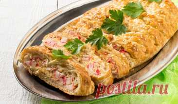 Оригинальный пирог с крабовыми палочками Приготовьте из обычного слоёного теста эту сытную выпечку с нежной начинкой из морепродуктов, яиц и сыра.