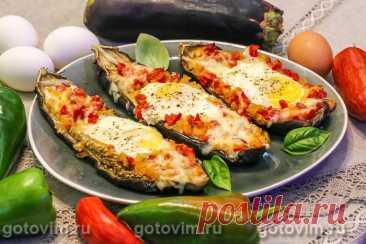 Баклажаны с яйцом и сыром в духовке. Рецепт с фото Фаршированные баклажаны готовят по-разному. К примеру, в этом рецепте лодочки из баклажанов сначала доводят до полуготовности, а затем наполняют жареными овощами и выливают в каждое по сырому яйцу. Для этого рецепта желательно подобрать баклажаны примерно одно размера, просто для того чтобы готовые баклажанные лодочки красивее смотрелись на блюде.