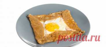Бретонская галета. Видеорецепт В чаше миксера смешать гречневую муку, яйцо, 500 мл воды и соль до однородной массы. Залить густое тесто водой так, чтобы она покрывала тесто, и убрать его в холодильник на час.