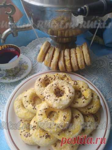 Творожные бублики в духовке от Светланы Корниенко Для теста: творог жирностью 9% или более - 225 г; мука пшеничная - 450 г; разрыхлитель теста - 8 г; подсолнечное масло без запаха - 9 ст. л. (в тесто) + для смазывания противня; яйцо куриное - 1 шт. + 1 яичный белок (желток для смазки верха); сахар - 3 ст. л.; ванильный сахар - 1 пакетик; соль - 0,5 ч. л. Для смазывания: яичный желток - 1 шт. Для посыпки: мак (кунжут, семена льна, семена чиа) - 1-2 ч. л.