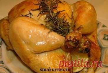 Очень часто хозяйки не знают, как приготовить курицу в духовке целиком. А ведь блюдо готовится очень быстро и курочка получается ароматной и необыкновенно вкусной.