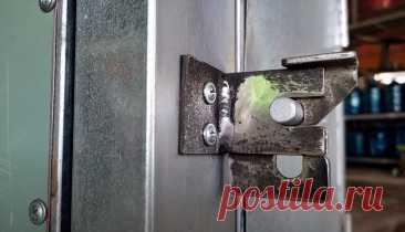 Автоматическая дверная защелка Приветствую всех любителей самоделок и тех, кто просто заглянул на сайт в поисках интересных идей. Сегодня предлагаю вашему вниманию вариант автоматической дверной защелки. Уверен, эта идея пригодится дачникам. Такую защелку можно установить на небольшой хозблок с садовым инвентарем и