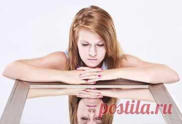 13 скрытых признаков того, что вы не так здоровы, как вам кажется Большинство людей проводят достаточно много времени, рассматривая себя в зеркале. Накладывая макияж, нанося на лицо крем, выдавливая ненавистные прыщики, мы склонны проводить у зеркала по несколько ча