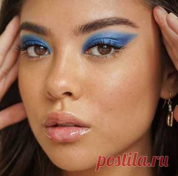 Цвет Pantone 2020 - классический синий. Как его применять в макияже глаз?  Подбираем правильный оттенок синего и рисуем модные стрелки вместе с экспертом