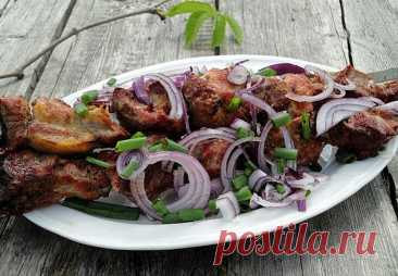 Шашлык по-кахетински Подается шашлык непременно со свежими овощами, большим количеством зелени, вина и домашних соусов.Ингредиенты: свиная грудинка на ребрышках - 3 кг красный винный уксус, по желанию - 200 мллук - по вкусу соль - по вкусу тонис пури или другой свежий хлеб - для...