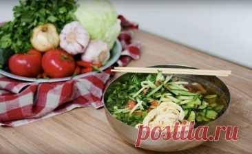 Корейский суп кукси Ингредиенты: Говядина — 200–300 гСоевый соус — 1–2 ст. л.Молотый перец — по вкусу Растительное масло — 1–2 ст. л.Чеснок, перец чили — по вкусу Куриное яйцо — 2 шт.Вода, лапша, зеленьДля огуречного салата: Огурец — 2-3...