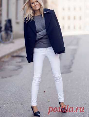 С чем носить белые джинсы женские 2020: стильные образы. Удивительно, насколько легко джинсам, одежде изначально рабочей и грубой, удалось поменять статус и трансформироваться в предмет гардероба людей обремененных роскошью и массой свободного времени. А всего-то было нужно - сменить цвет с синего на белый! Белый всегда считался цветом чистоты, невинности и богатства. Лето — лучшее время для белых вещей. Деним — не исключение: тонкие образцы высветленной джинсы очень удобны, в них не жарко.