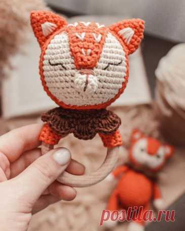 PDF Погремушка Лисёнок крючком. FREE crochet pattern; Аmigurumi animal patterns. Амигуруми схемы и описания на русском. Вязаные игрушки и поделки своими руками #amimore - Лиса, лисица, лисёнок, лисичка, погремушка, грызунок.