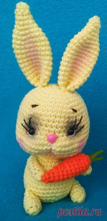 PDF Кролик с морковкой крючком. FREE crochet pattern; Аmigurumi animal patterns. Амигуруми схемы и описания на русском. Вязаные игрушки и поделки своими руками #amimore - заяц, зайчик, кролик, зайчонок, зайка, крольчонок.