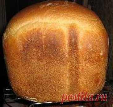 Хлеб «Луковый» в хлебопечке Лук припустить в микроволновке 2-3 минуты, либо на сковородке до слабо золотистого цвета на том количестве масла который указан в рецептуре. Если класть в хлебопечку лук сырым, то хлеб по вкусу будет напоминать рыбный пирог. На дно ведерка кладем соответственно: вода, лук, соль, сахар, масло растите