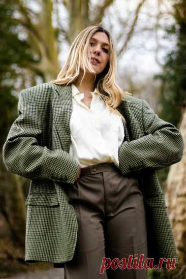 Модные тенденции осень 2021 Прямой крой пиджака - клетка. Акцент на талии — брюки с высокой талией.  Натуральные ткани — молочная рубашка из хлопка. Гармоничное сочетание актуальных оттенков: зеленый, коричневый, молочный.