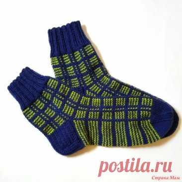 Мужские носки в клетку Связала на подарок к празднику мужские носки ложным жаккардом в клетку. Пряжу использовала плотностью 100г/300-320м. Носочные спицы 3.5мм.