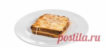 Крок-месье. Видеорецепт Все кусочки хлеба намазать тонким слоем размягченного сливочного масла. На половину хлеба выложить тонкие ломтики ветчины, сверху ломтики сыра, накрыть бутерброды хлебом.
