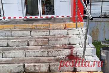 Мужчина в женской одежде с топором напал на покупателей магазина в Москве. В магазине «Магнит» на севере Москвы мужчина, переодетый в женскую одежду, напал на покупателей с топором. По предварительной информации, конфликт между россиянами произошел из-за тележки. Двое пострадавших — мужчина и женщина — госпитализированы с ранениями. Также опубликовано видео из магазина.