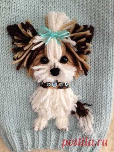 Аппликация в виде собачки йорк терьера Аппликация в виде собачки йорк терьераМаленькие пушистые собачки любимы многими.В этом мастер-классе мы сделаем йоркширского терьера из ниток.Такой собачкой можно украсить одежду, например, носить как брошь или пришить в качестве аппликации.Для изготовления йоркширского...