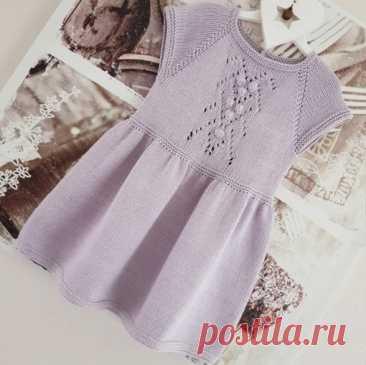 Детское платье спицами + схема центрального узора с шишечками  © Мир вязания