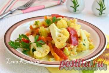 Цветная капуста, тушеная с овощами - 7 пошаговых фото в рецепте Цветная капуста, тушеная с овощами, - замечательное, необычайно вкусное блюдо, которое готовится буквально за 20 минут. Все овощи томятся на сковороде, остаются сыроватыми, что позволяет сохранить максимум витаминов. Да и цветную капусту не нужно предварительно отваривать. Красивое, яркое, ...