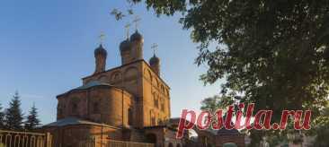 Крутицкое подворье – исторический памятник в самом центре Москвы. Возможно, вы каждый день ходите на работу где-то неподалеку и не знаете, что всего в паре шагов живет такая красота.