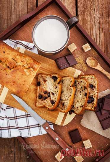 Банановый хлеб с кардамоном и шоколадом Не знаете куда деть пару заскучавших переспелых бананов? Пеките банановый хлеб (кекс)! Этот ещё и с ароматом кардамона. В оригинальном рецепте добавляются измельченные какао-бобы, ну а я, за неимением оных, добавила шоколад. Банановый хлеб с кардамоном и шоколадом (в оригинале с какао-бобами)…