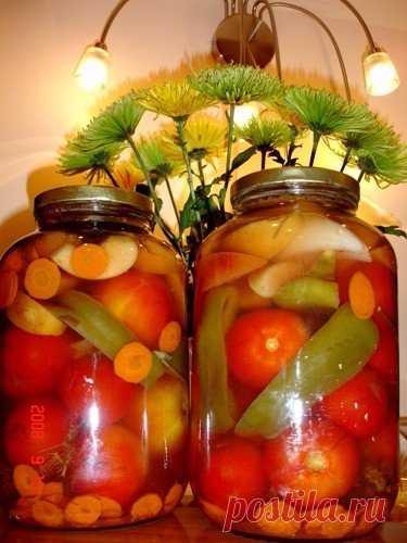 ОВОЩНОЕ ИЗОБИЛИЕ С МЕДОМ подготовленные банки уложить специи: чеснок, укроп, хрен, гвоздику, душистый перец-горошек, половинку маленького стручка жгучего перца. Заполнить банку разными овощами (томаты, огурцы, кабачки, патиссоны, сладкий перец, лук). Заливать на один раз кипятком, затем сливать кипяток и залить банки заливкой: на 1 литр воды берем 2,5 ст.л. соли, 5 ст.л. сахара и 2ст.л. меда, если он жидкий, и 1 полную ложку, если загустевший, в кипящий маринад добавляе...