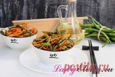 Спаржевая фасоль по-корейски: для ценителей корейской кухни Спаржевая (или стручковая) фасоль по-корейски — очень вкусная закуска, хрустящая и ароматная. Она понравится всем, кто любит корейскую морковь и прочие корейские салаты. Да и готовится она очень просто и не хлопотно. Главное выдержать готовую закуску в холодильнике не менее суток. Если вы собираетесь удивить гостей, то готовить начинайте заранее. Для маринования выбирайте стручки так называемой молочной зрелости —...