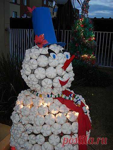 Снеговик (скульптуры из пластиковых бутылок).