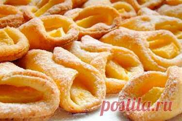 Низкокалорийные творожные печенья с яблоками: вкусняшки без вреда для фигуры! Этот рецепт не только вкусный, но и полезный! Творожные платочки с яблоками. Печенье без яиц и масла — как раз подойдет тем, кто хочет сладкое, но следит за фигурой! Ингредиенты: 250 г творога. 100 г кефира или натурального йогурта. 250 г муки. 1–2 яблока. 10 ч. л. сахара. 0,5 г соли. корица. сахарная пудра. Когда все продукты собраны, можешь просмотреть видео по приготовлению и приступать к готовке.