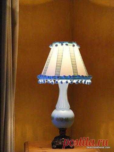 Этот симпатичный плафон для лампы декорирован своими руками.