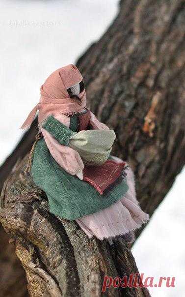 Кукла народная со слинком. Наверное она из какого-то табора, прощается с местом недавней ночевки ... и дальше ждет ее дорога.