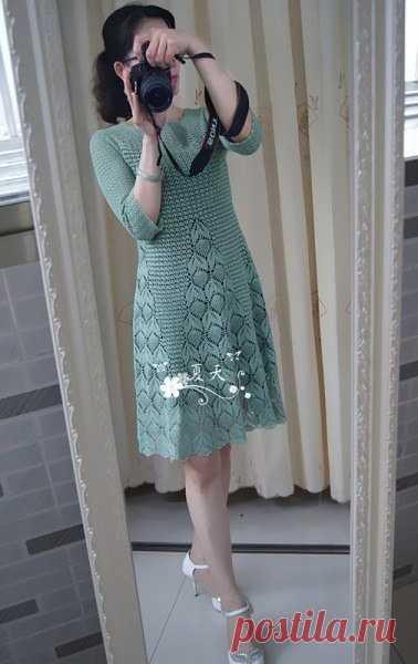 Милое вязаное крючком платье. Схемы узоров имеются