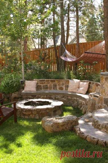 Романтичная скамейка во дворе