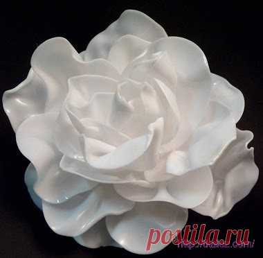 Оригинальная брошь «Белая роза» из пластиковых ложек