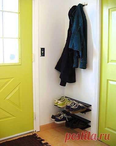 Как сделать удобную полку для обуви в прихожей Здравствуйте, уважаемые читатели и самоделкины!Разбросанная обувь выглядит не очень привлекательно, но не всегда есть достаточно места в шкафу для их хранения. Встроенная система особенно функциональна, но не в каждом доме есть ниша для ее установки. Используйте одну из стен в прихожей для