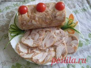 Куриный рулет в бутылке Обычная пластиковая бутылка из-под газировки способна превратить тушеное куриное мясо в аккуратный куриный рулет, который выглядит не хуже покупного, но не содержит консервантов и сомнительных добавок. Пользуюсь этим рецептом уже не первый год. Рецепт на сайте: http://vkusnotishcha.ru/recipes/110302/kurinyj-rulet-v-butylke.html?t=2055
