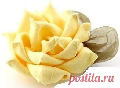 Роза из ленты с объемными лепестками