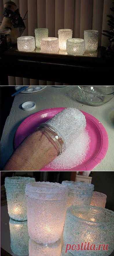Подсвечники из обычных стеклянных банок и морской соли. Если мама перестала консервировать варенья и соленья, всегда можно найти более интересное применение банкам.