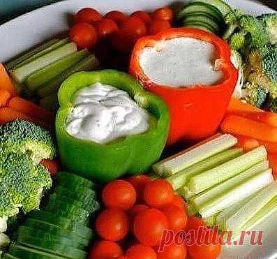 При сервировке стола - очищенный болгарский перец можно использовать в качестве соусника.