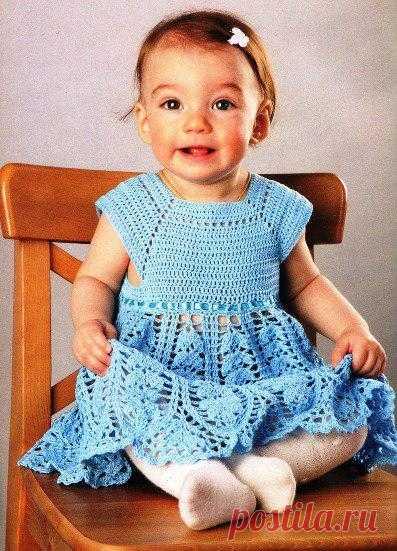 Ажурное платье для маленькой принцессы связано из тонкого хлопка.