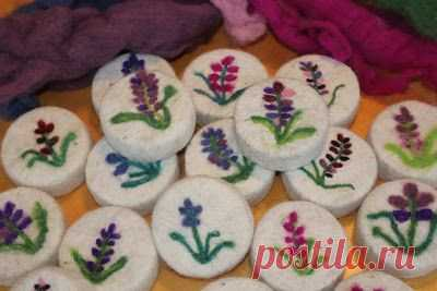 I LOVE handfelted soap! I love the way it feels, the way it looks and of course the luxurious lather. What is felted soap you say? It's a soap in a jacket or a soap with a sweater! It's a bar of…