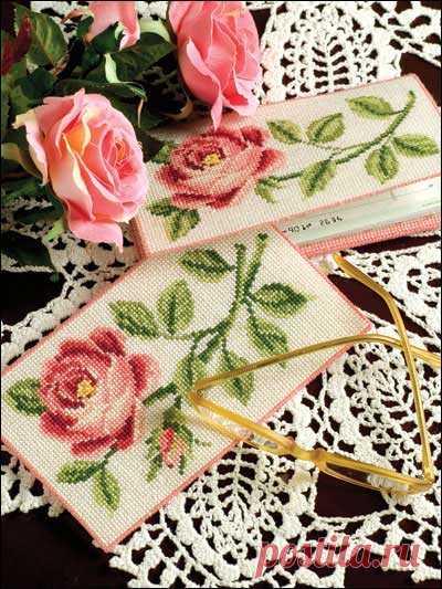 Схемы для вышивки крестом «Роза» Две схемы для вышивки роз. Отлично подойдут для очешников, обложек и других аксессуаров.       источник: http://www.freepatterns.com/