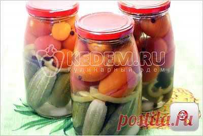 Los pepinos en conserva con los tomates del surtido \